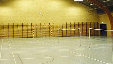66e5ceac5ba Badmintonbane Lej en badmintonbane hos Lindholm Badminton Klub her. Banen  må kun benyttes med indendørssko, der ikke laver mærker i gulvet.